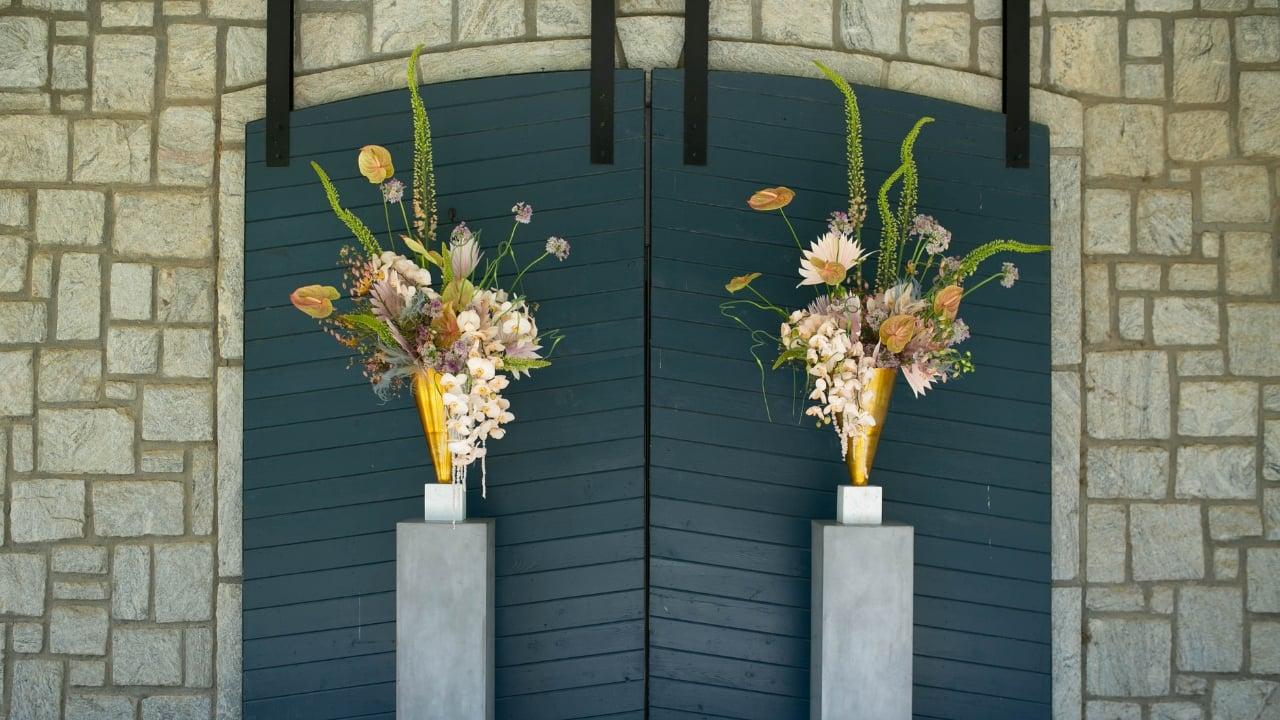 Geometric floral ceremony arrangement